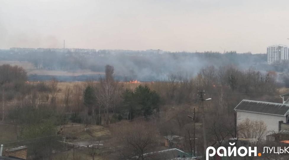 У Луцьку – масштабна пожежа на березі Стиру. ФОТО