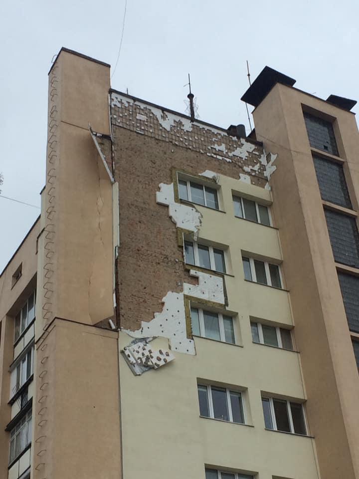 "У центрі Луцька обвалився фасад ""Бім Бому"""