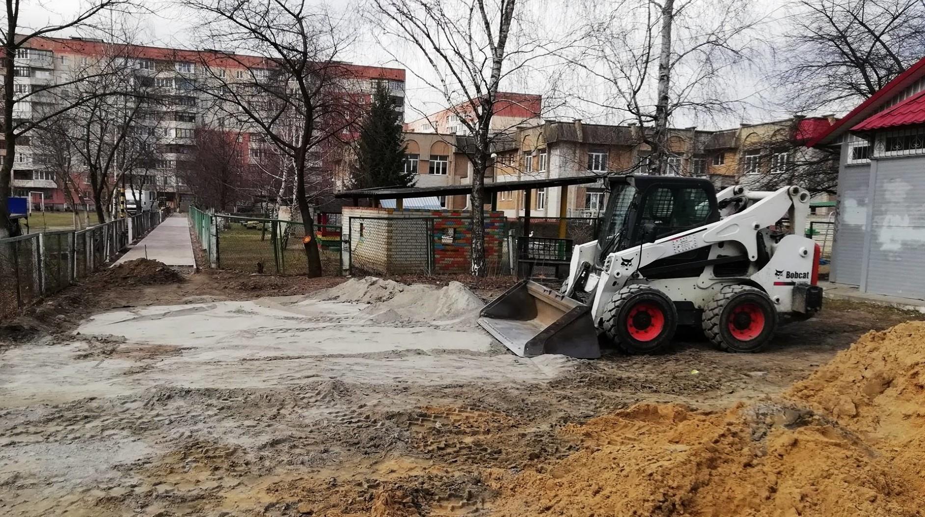 У Луцьку ремонтують пішохідні доріжки поблизу школи. ФОТО