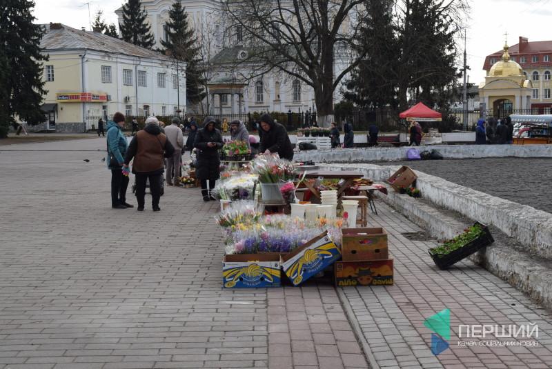 Центр Луцька заполонили квітникарі. ФОТО