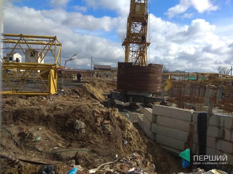 На будівництві у Луцьку перекинувся кран. ФОТО