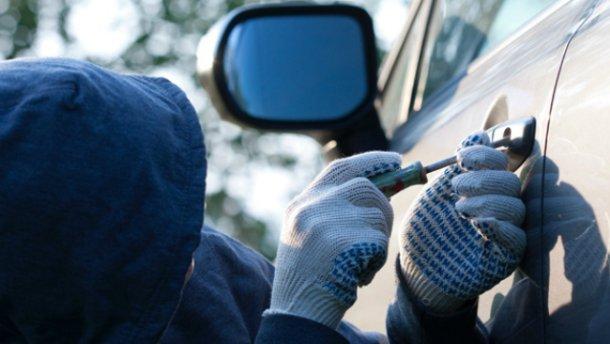У Луцьку зловили юнаків, які залізли в чуже авто