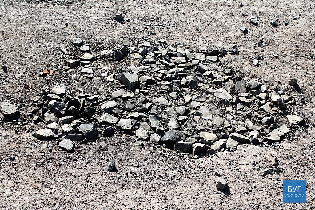 """На Волині ями на дорозі """"залатали"""" камінням. ФОТО"""