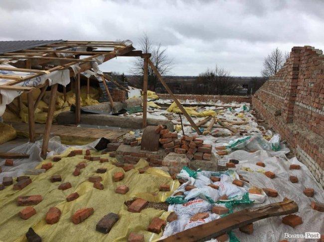 У селі на Волині вітер зірвав відремонтований дах ліцею. ФОТО