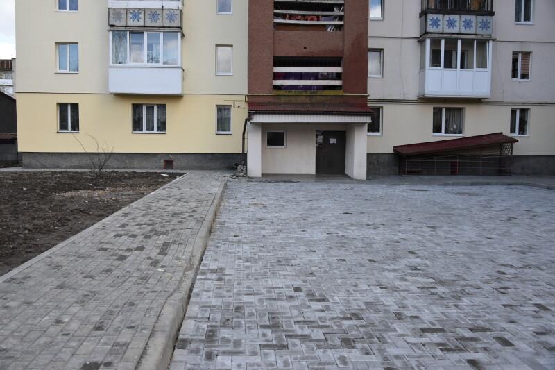 У Луцьку взялися за ремонт тротуарів та дворів. ФОТО