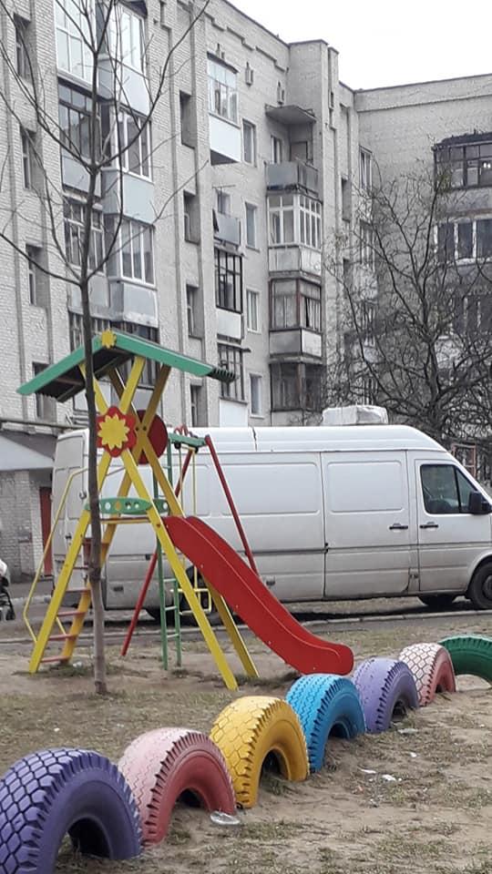 """У Луцьку """"автохам"""" припаркувався на дитячому майданчику. ФОТО"""