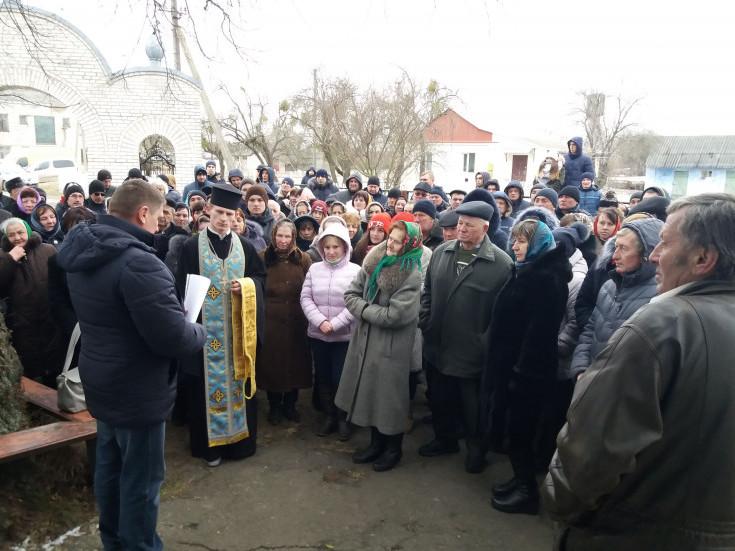 """Прихильники УПЦ МП винесли ікони з """"розмосковленої"""" церкви на Волині. ВІДЕО"""