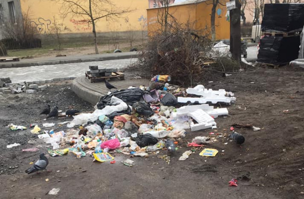 Ковельчани посеред двору зробили сміттєзвалище. ФОТО