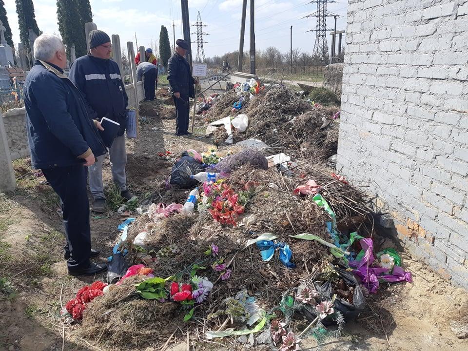На Волині люди завалюють кладовище сміттям. ФОТО