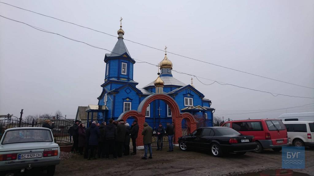 У селі на Волині прихильники УПЦ МП не пустили до храму спеціальну комісію з району
