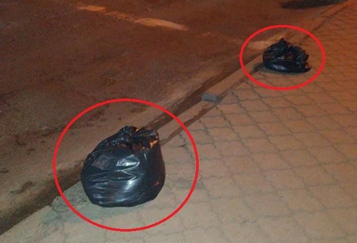 Лучани заставили тротуар пакетами зі сміттям