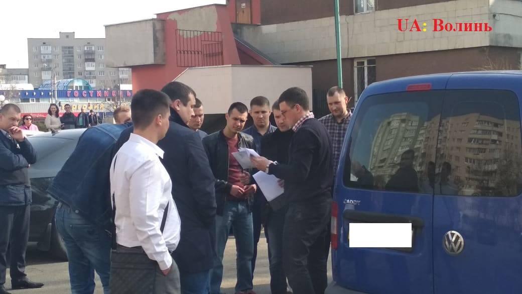 У Луцьку на хабарі зловили поліцейського . ФОТО