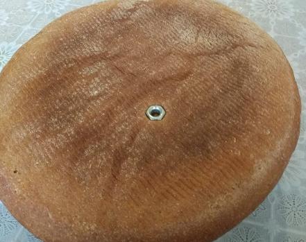 Лучанка знайшла у хлібі металеву гайку
