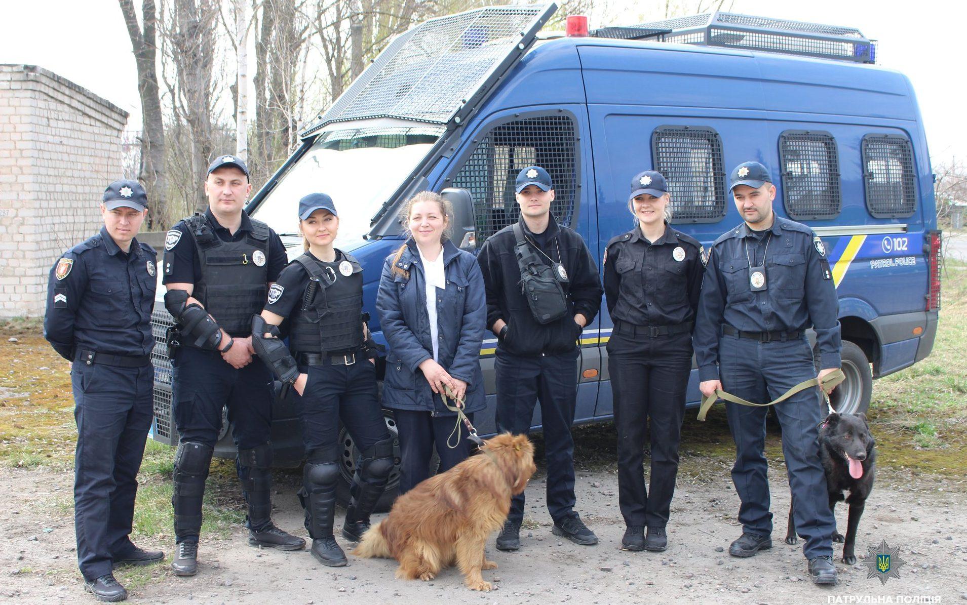 Волинські патрульні фотографувалися заради порятунку бездомних тварин. ФОТО