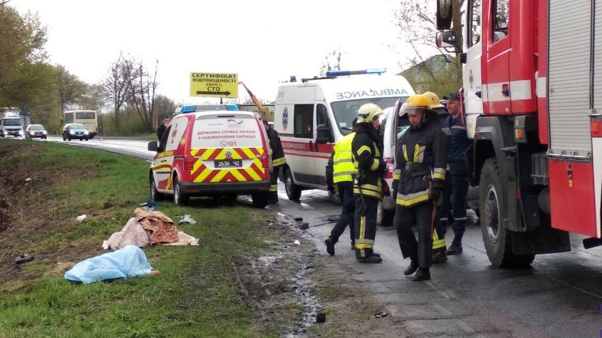 Під Луцьком зіткнулися автівка та автобус. Загинули двоє дорослих та дитина. ФОТО