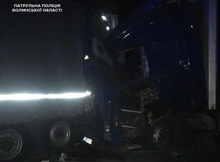 Нічна аварія на Волині: п'яний водій протаранив припарковану вантажівку. ФОТО