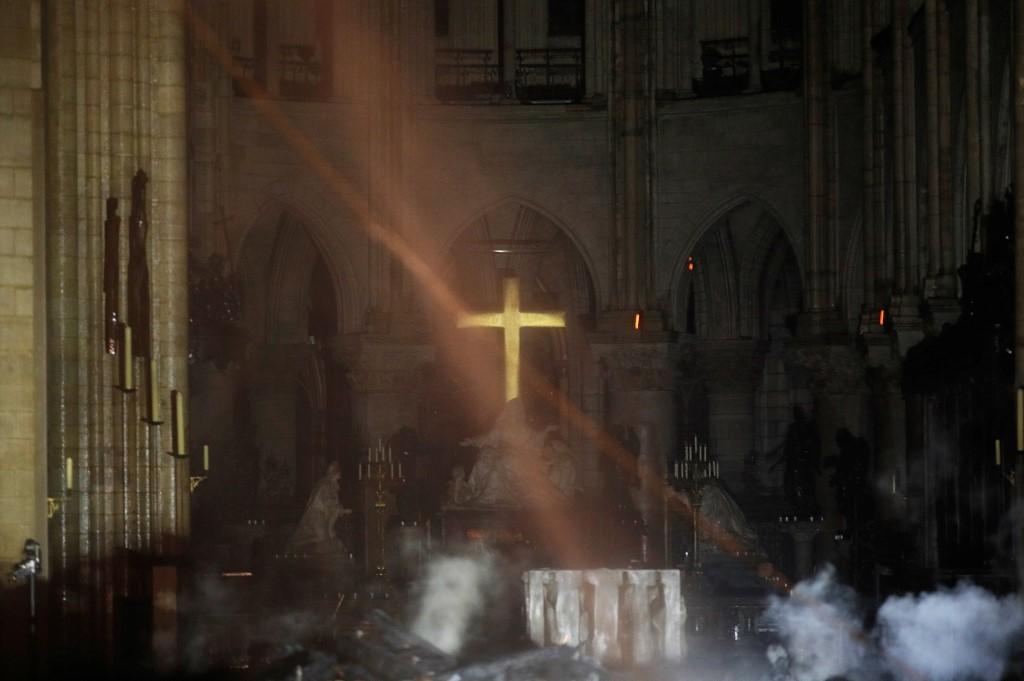 З палаючого Собору Паризької Богоматері винесли частину святинь