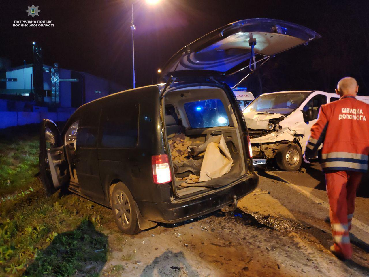 Лобове зіткнення: у нічній аварії під Луцьком травмувалися люди. ФОТО