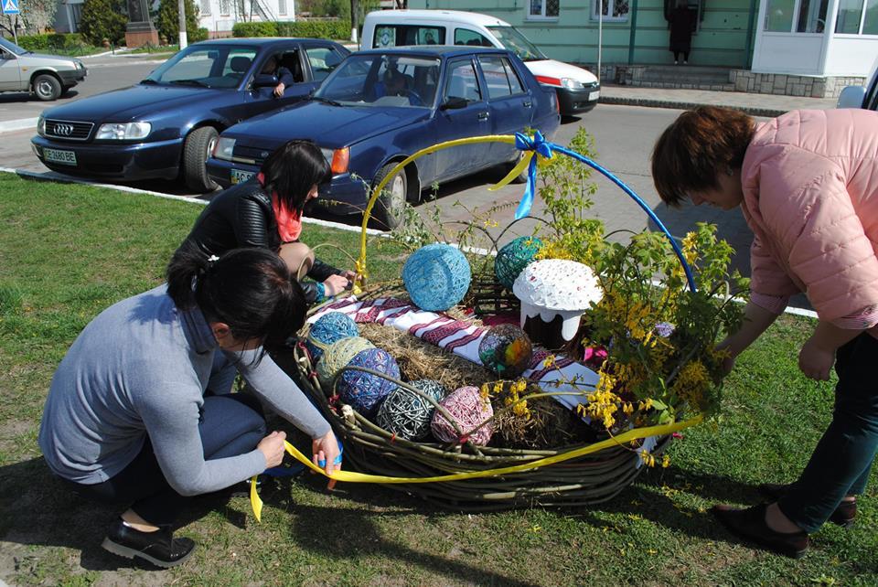 У центрі Любешева поставили величезний пасхальний кошик. ФОТО