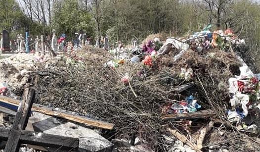 У Любешеві кладовище завалили сміттям – викидають старі хрести й вінки. ФОТО