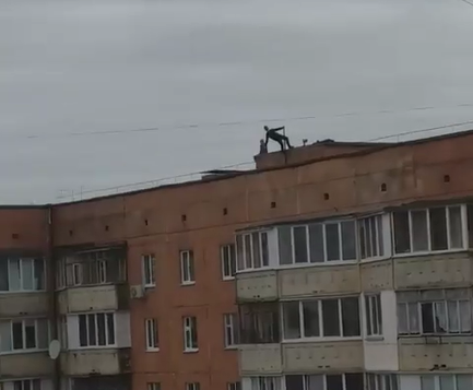 На даху 9-поверхівки в Луцьку бігали діти. ВІДЕО