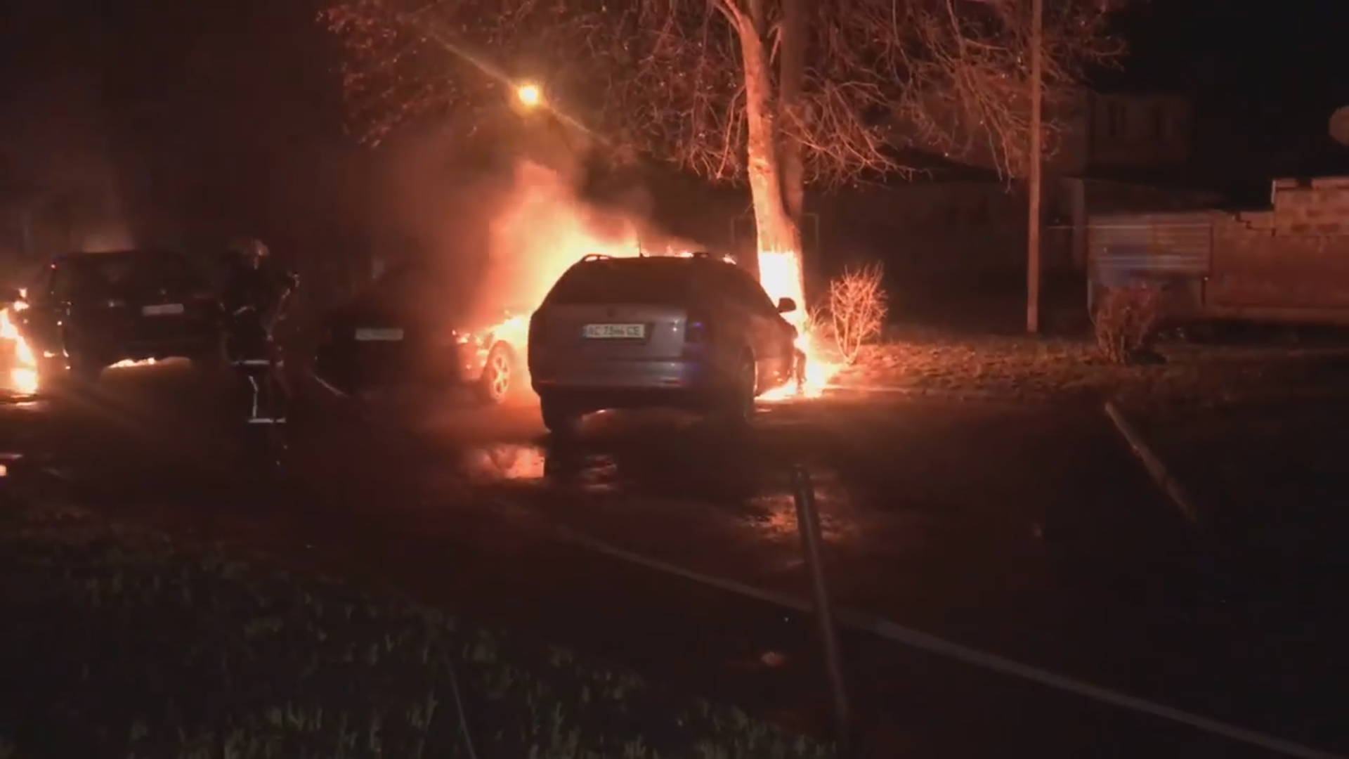 У Луцьку посеред ночі спалили дві машини. ВІДЕО