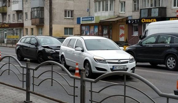 У центрі Луцька – аварія, рух транспорту ускладнений. ФОТО