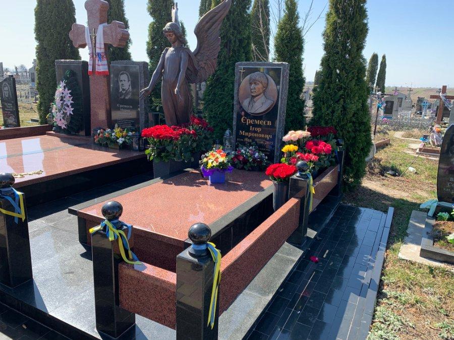 На могилі Ігоря Єремеєва змінили барельєф. ФОТО