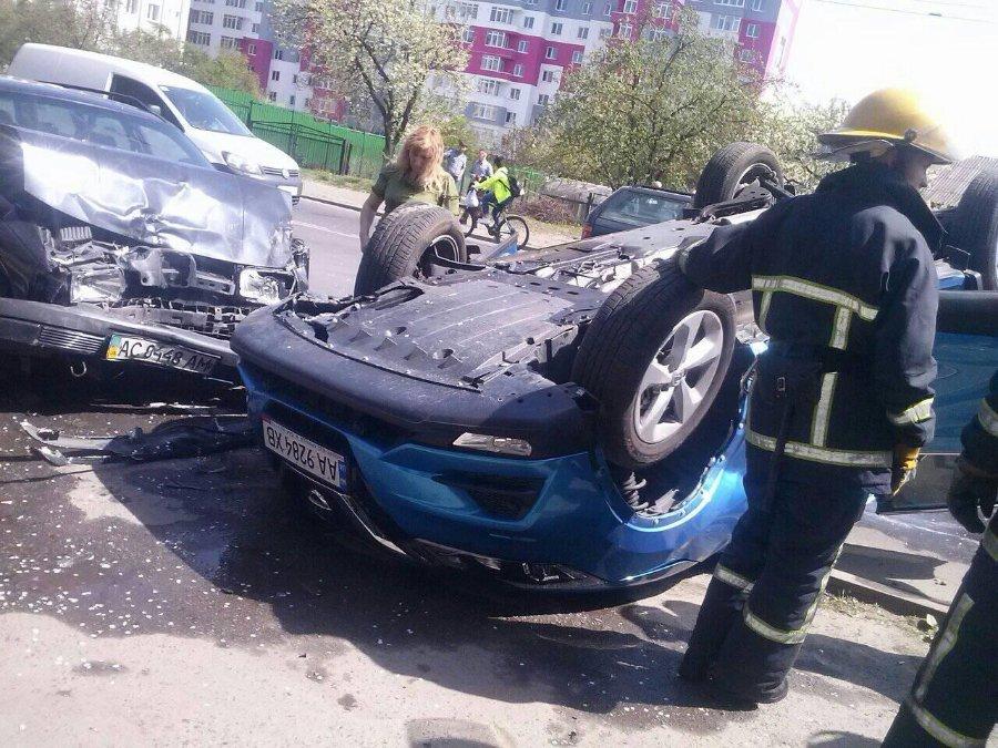 У Луцьку автомобіль перекинувся на дах. ФОТО. ВІДЕО