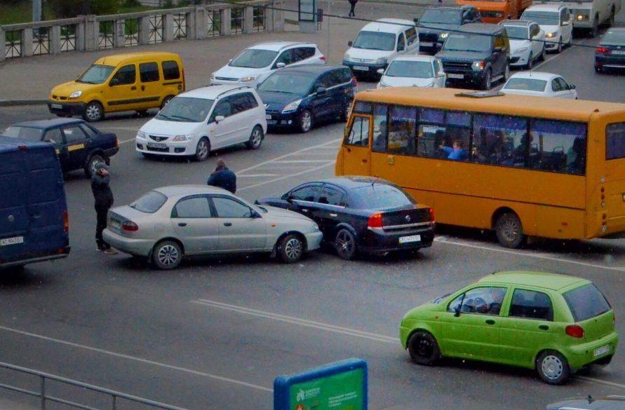 Ранкова аварія у Луцьку: стукнулись два легковики. ФОТО