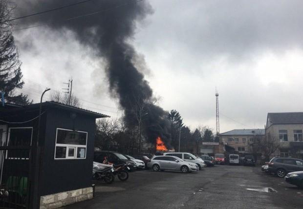 Пожежа у Луцьку: загорівся пластиковий контейнер на автостоянці. ФОТО