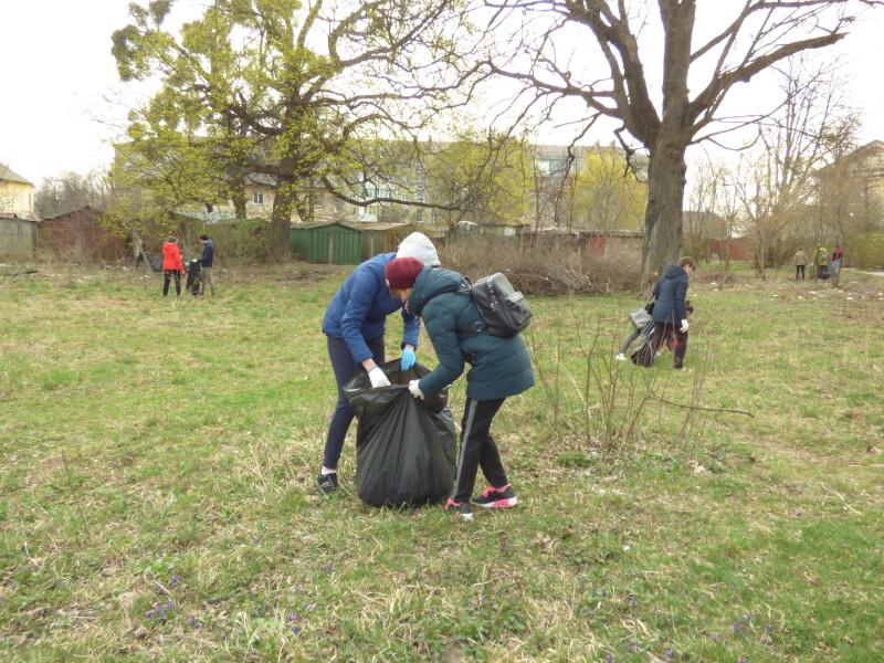 Волонтери назбирали у Луцьку 4 вантажівки сміття. ФОТО