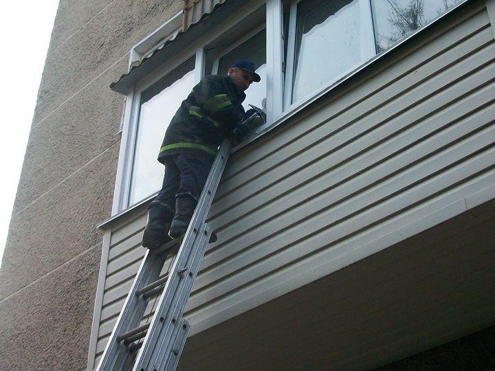 На Волині дворічна дитина заблокувала маму на балконі