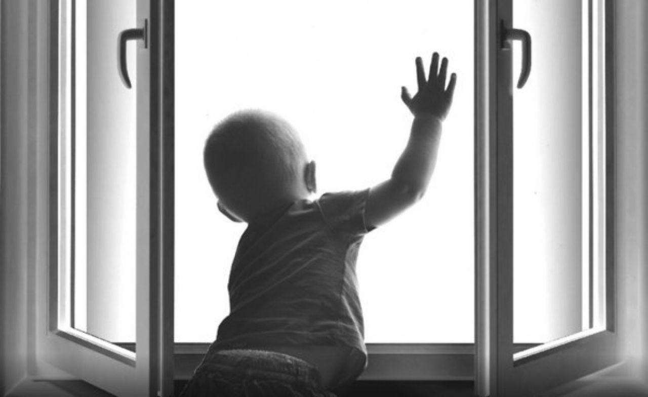 На Волині з багатоповерхівки випала 2-річна дитина