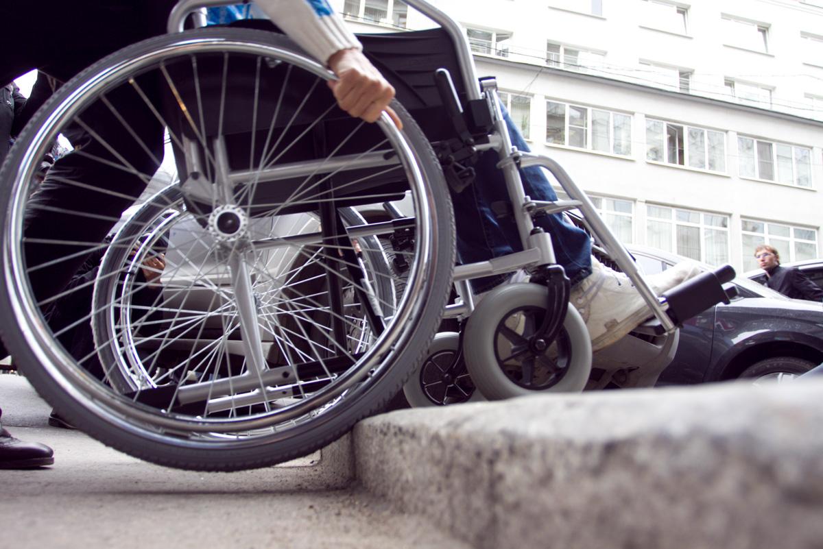 """На Волині вантажівка """"МАЗ"""" наїхала на жінку в інвалідному візку"""