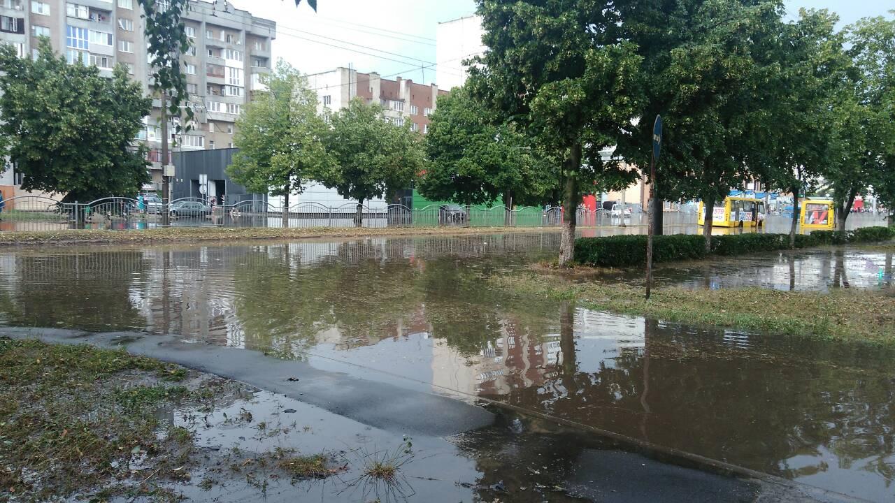 Чому Луцьк заливає дощем і коли чекати хорошої погода