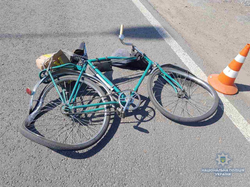 """На Волині """"Volkswagen Golf"""" наїхав на велосипедиста. Чоловіка забрали в лікарню"""