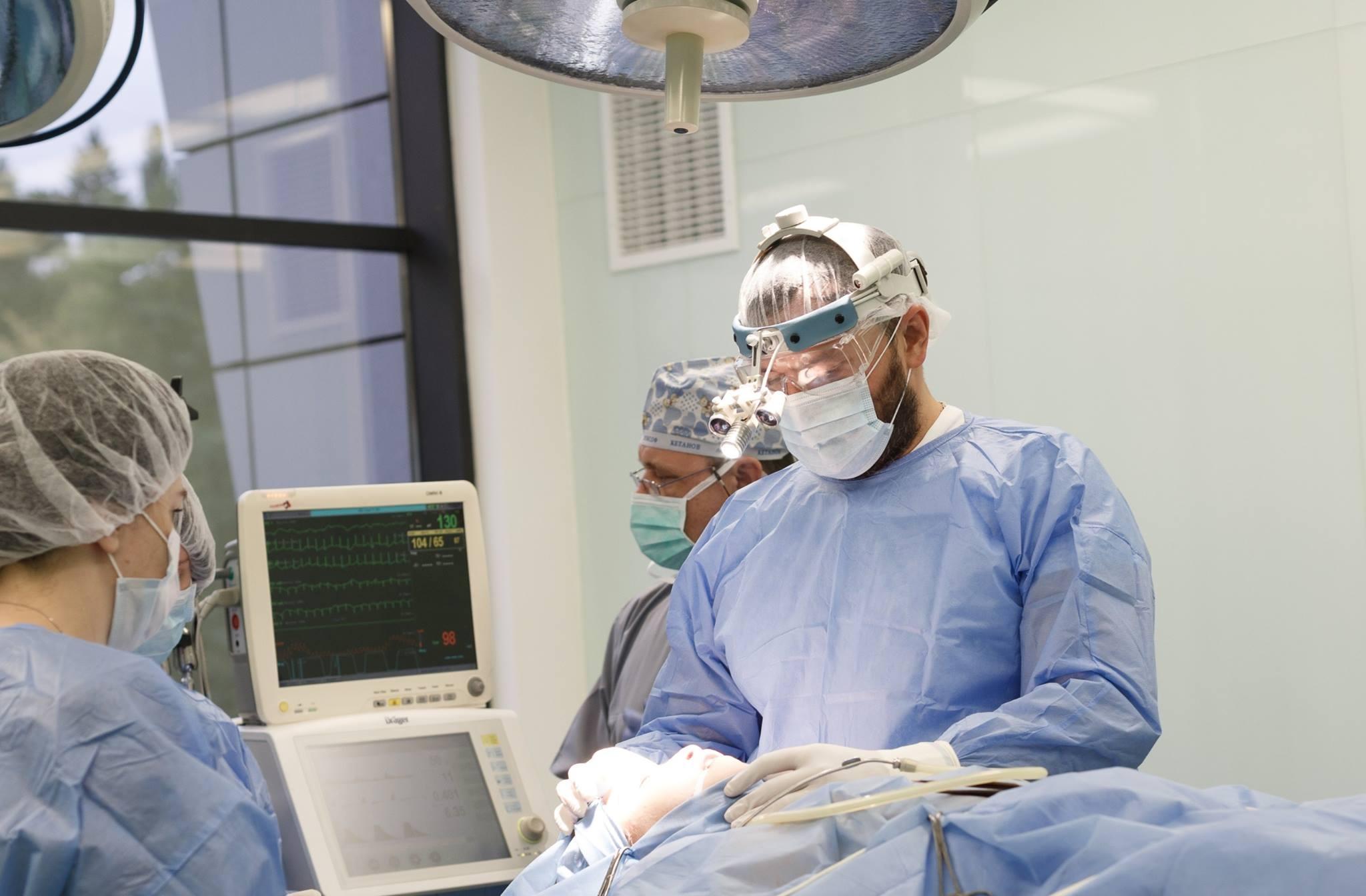 """Хірург з Волині Валіхновський безкоштовно прооперував 12 діток із """"заячою губою"""". ВІДЕО"""
