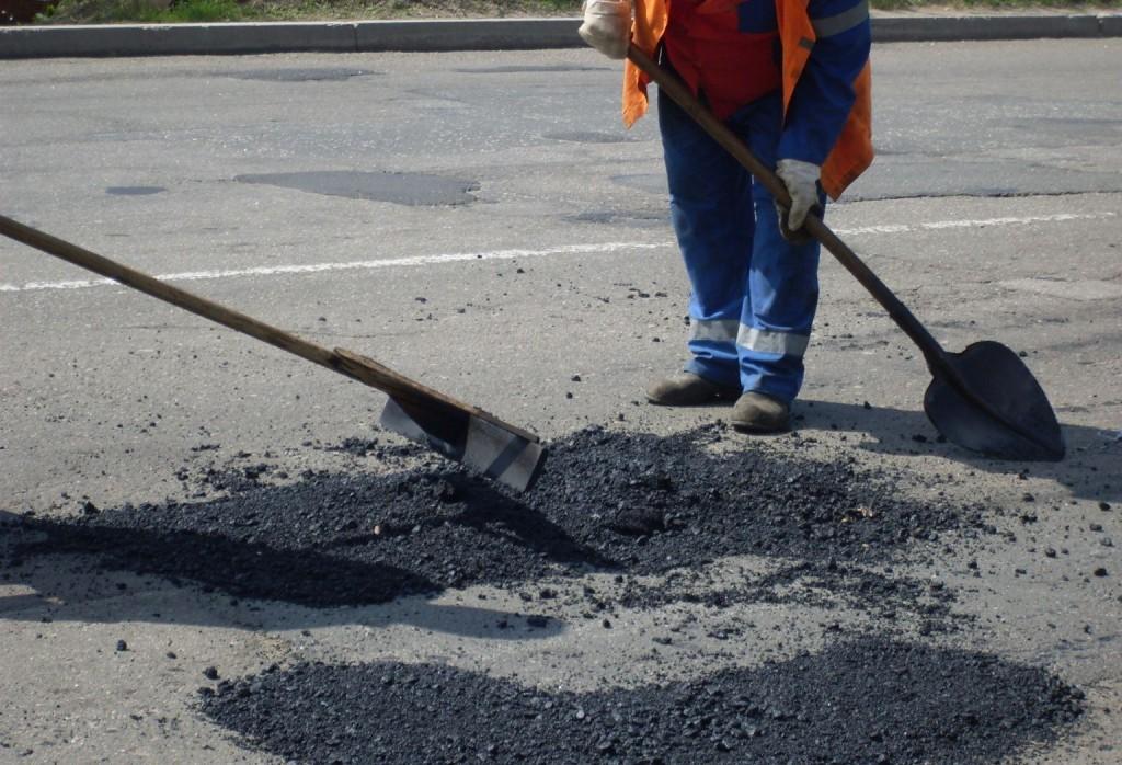 """Лучани просять заборонити засипати ями, бо машини """"плюють"""" камінням"""