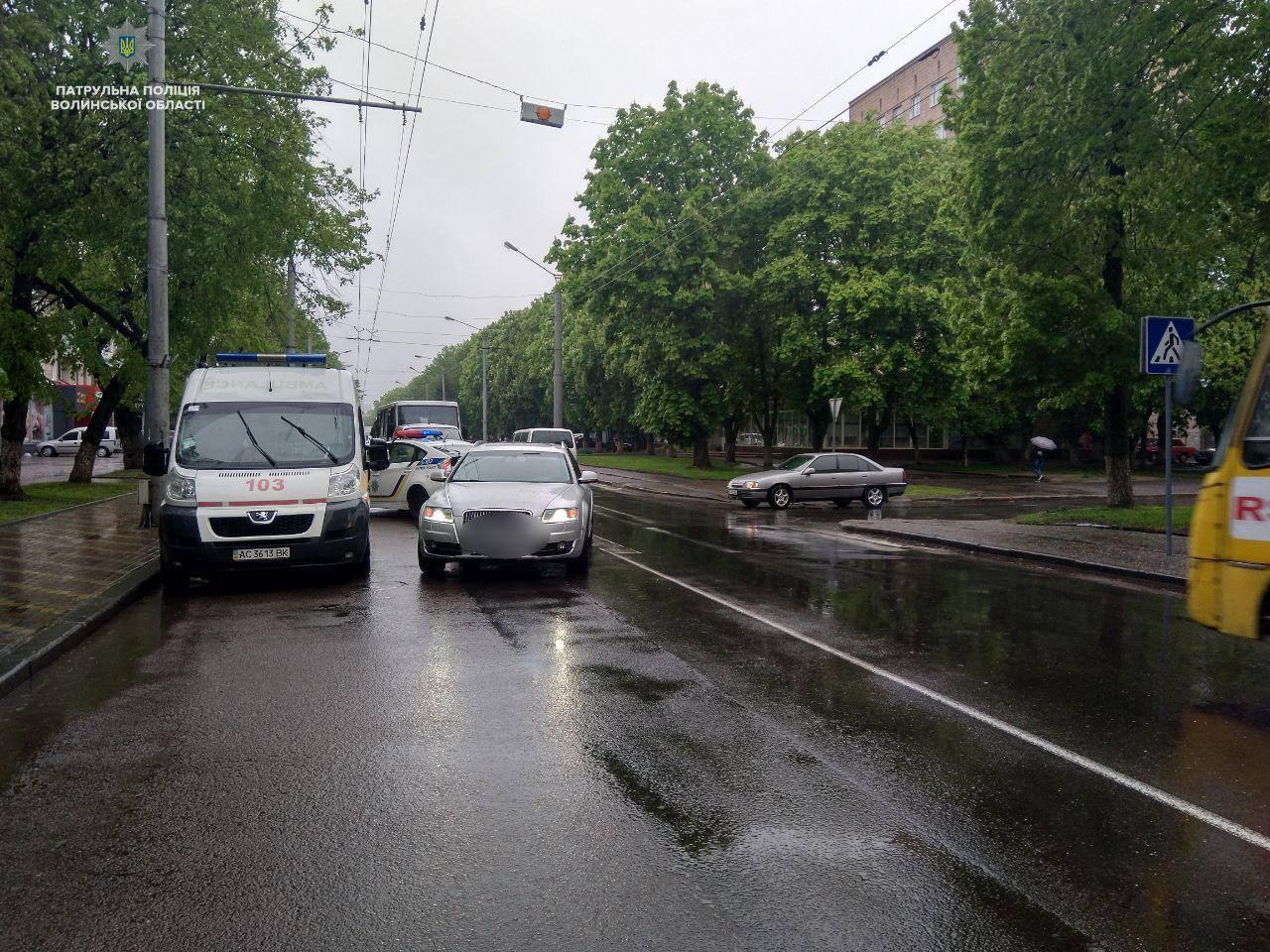 У центрі Луцька на переході автівка збила чоловіка