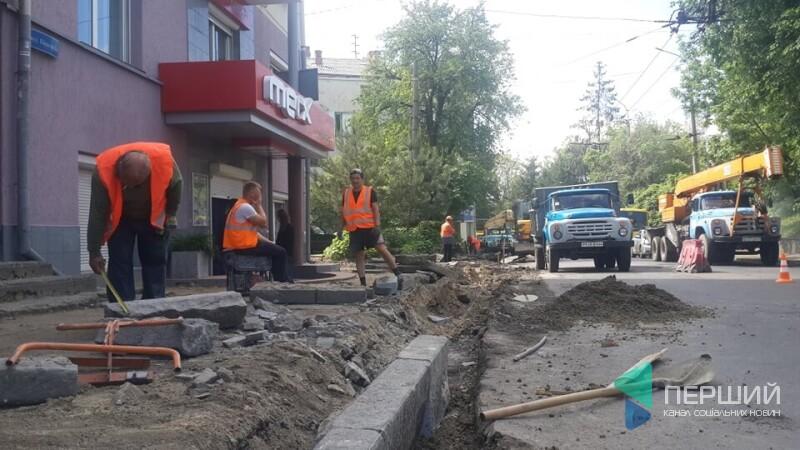 Кронують дерева і розбирають асфальт: у центрі Луцька взялися за ремонт вулиці. ФОТО