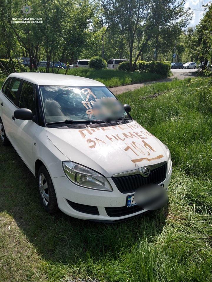 У Луцьку горе-паркувальнику розмалювали машину. ФОТО