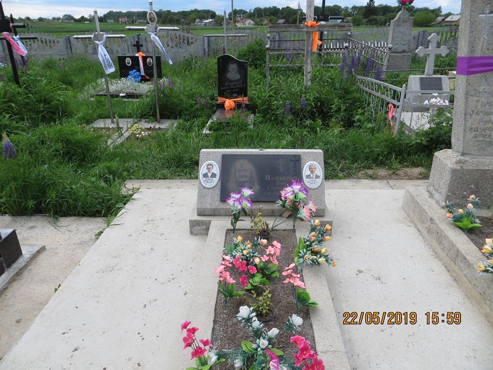 У селі під Луцьком невідомі крадуть хрести й огорожі на могилах. ФОТО