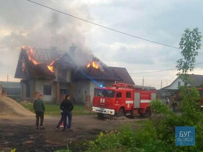 На Волині після удару блискавки загорівся будинок. ФОТО. ВІДЕО