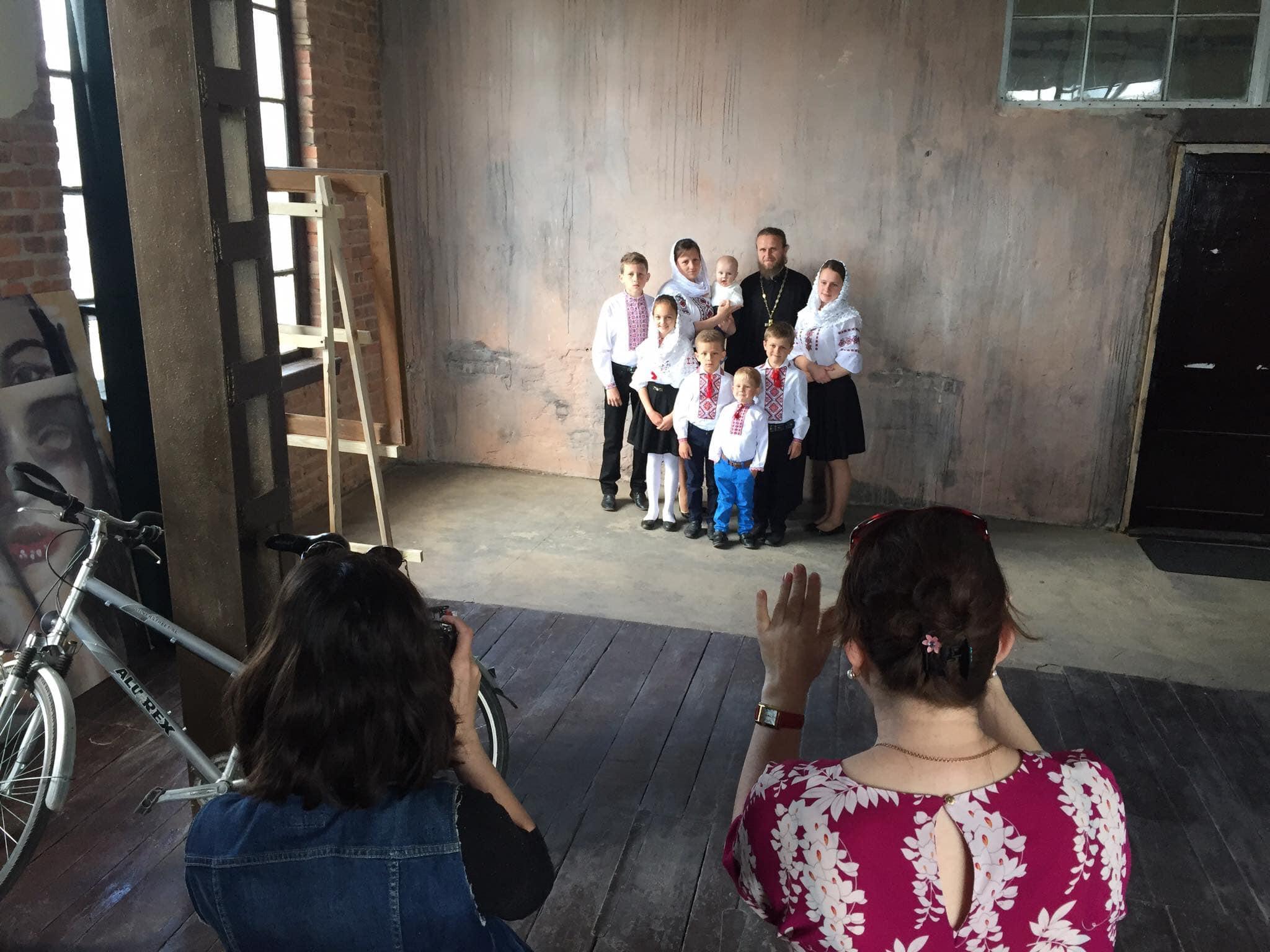Багатодітні сім'ї волинських священиків знялися у фотосесії