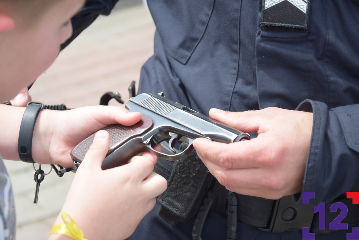 У центрі Луцька діти бавилися зброєю. ФОТО