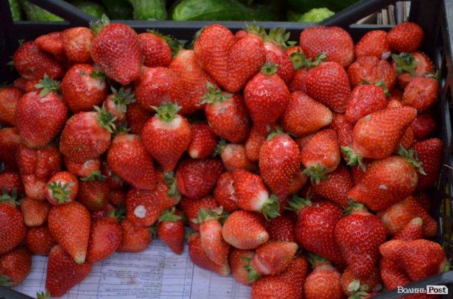 На луцькому ринку з'явилася перша полуниця. За скільки продають ягоди