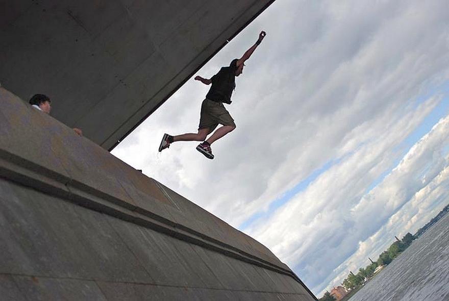 У Луцьку чоловік намагався кинутися з мосту