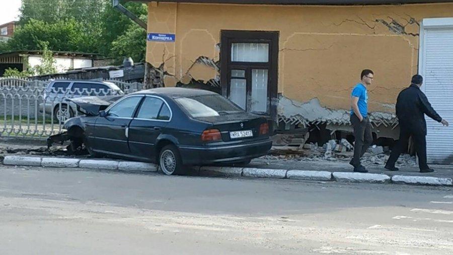У Камені-Каширському автомобіль протаранив будинок