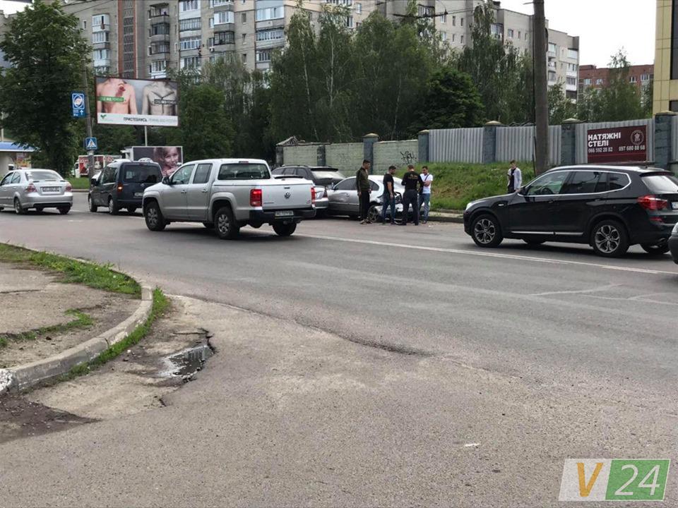 Масштабна аварія у Луцьку: стукнулися 5 машин. ФОТО. ВІДЕО